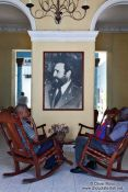 Travel photography:Having a chat beneath the Maximo Líder in Sancti-Spiritus, Cuba