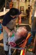 Travel photography:Cutting a tuna at Tokyo´s Tsukiji fish market, Japan